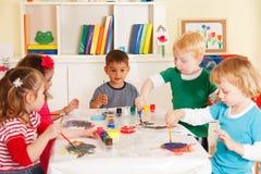 Crianças em idade pré-escolar na sala de aula imagem de stock