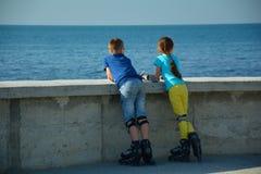 Crianças em patins de rolo fotografia de stock