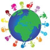 Crianças em torno do globo Foto de Stock Royalty Free