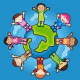 Crianças em torno do globo Fotografia de Stock Royalty Free