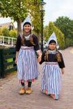 Crianças em trajes holandeses do vintage nacional imagem de stock royalty free