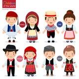 Crianças em trajes tradicionais diferentes (Grécia, Itália, Portugal, ilustração stock