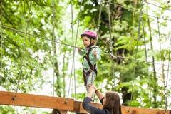 Crianças em um campo de jogos da aventura Fotos de Stock Royalty Free