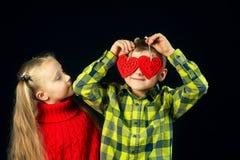 Crianças em um fundo escuro Amigos engraçados fotografia de stock