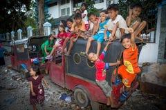 Crianças em um precário em jakarta foto de stock