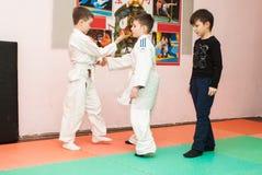 Crianças em um quimono no Aikido do treinamento imagem de stock