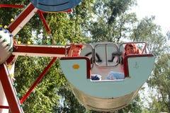 Crianças em uma cabine da roda grande Fotografia de Stock