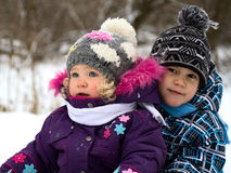 Crianças em uma caminhada do inverno imagens de stock royalty free