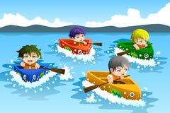 Crianças em uma raça de barco Foto de Stock