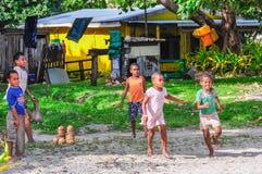 Crianças em uma vila local em Mana Island, Fiji imagens de stock royalty free