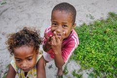 Crianças em uma vila local em Mana Island, Fiji fotografia de stock royalty free