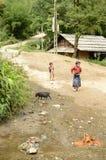 Crianças em Vietname rural fotografia de stock