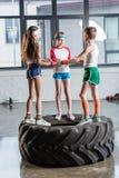 Crianças engraçadas adoráveis no sportswear que joga no estúdio da aptidão foto de stock royalty free