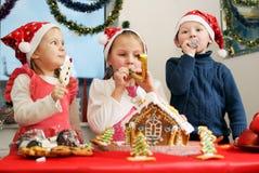 Crianças engraçadas com tubulações Imagens de Stock