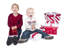 Crianças Excited que abrem seus presentes do Natal Fotografia de Stock