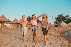 Crianças felizes ao ter o divertimento na praia fotografia de stock royalty free