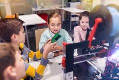 Crianças felizes com a impressora 3d na escola da robótica Fotos de Stock Royalty Free