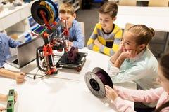 Crianças felizes com a impressora 3d na escola da robótica Imagens de Stock