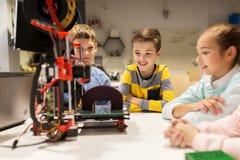 Crianças felizes com a impressora 3d na escola da robótica Foto de Stock Royalty Free