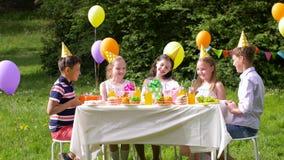 Crianças felizes com os presentes na festa de anos no verão vídeos de arquivo