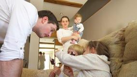 Crianças felizes da família com gelado da parte do pai com chocolate Handheld vídeos de arquivo