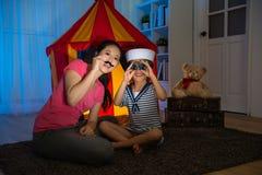 Crianças felizes da menina como o marinheiro que usa o telescópio Fotos de Stock