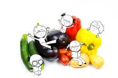 Crianças felizes e crianças do divertimento que jogam no isola cru dos vegetais do alimento Imagens de Stock Royalty Free
