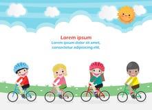 Crian?as felizes em bicicletas, bicicleta da equita??o das crian?as, ciclismo saud?vel com as crian?as no parque, grupo de crian? ilustração stock