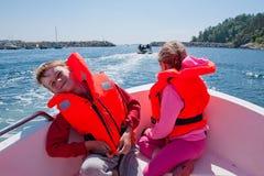 Crianças felizes em um barco Imagens de Stock Royalty Free