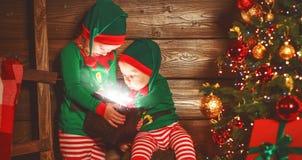 Crianças felizes irmão e duende da irmã, ajudante de Santa com Chri fotos de stock