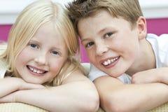 Crianças felizes irmão e irmã em casa imagem de stock