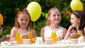 Crianças felizes na festa de anos no jardim do verão vídeos de arquivo