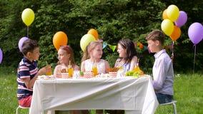 Crianças felizes na festa de anos no jardim do verão video estoque