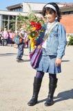 Crianças felizes na frente da escola, ao ar livre foto de stock royalty free