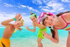 Crianças felizes na praia Fotografia de Stock Royalty Free