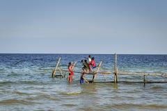 Crianças felizes na praia imagens de stock