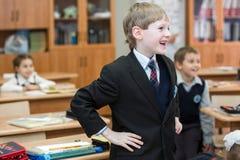Crianças felizes na turma escolar As crianças têm fazer exercícios Escola preliminar imagem de stock