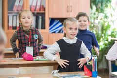 Crianças felizes na turma escolar As crianças têm fazer exercícios Escola preliminar fotografia de stock