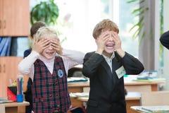 Crianças felizes na turma escolar As crianças têm fazer exercícios Escola preliminar imagens de stock