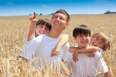 Crianças felizes no campo de trigo Imagens de Stock Royalty Free