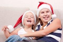 Crianças felizes no chapéu de Santa fotografia de stock royalty free