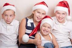 Crianças felizes no chapéu de Santa fotografia de stock