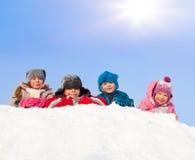Crianças felizes no parque do inverno Fotos de Stock Royalty Free