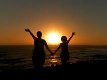 Crianças felizes no por do sol foto de stock royalty free