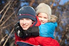 Crianças felizes no winterwear imagens de stock royalty free