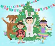 Crianças felizes nos trajes que têm o divertimento em torno da árvore de Natal ilustração do vetor