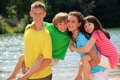 Crianças felizes pelo lago Imagens de Stock