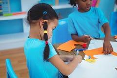 Crianças felizes que apreciam artes e pintura dos ofícios imagem de stock