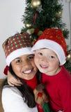 Crianças felizes que colocam sob a árvore de Natal Fotos de Stock Royalty Free