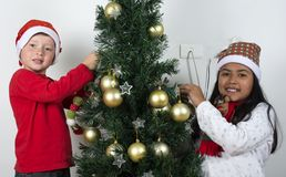 Crianças felizes que colocam sob a árvore de Natal Fotografia de Stock Royalty Free